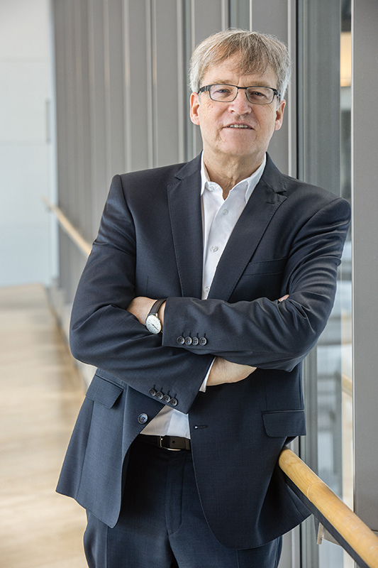 Der Kapitalanlagespezialist Volker Pätzold von der VGH Versicherungsgruppe steht in einem hellen Flur des Firmensitzes in Hannover.