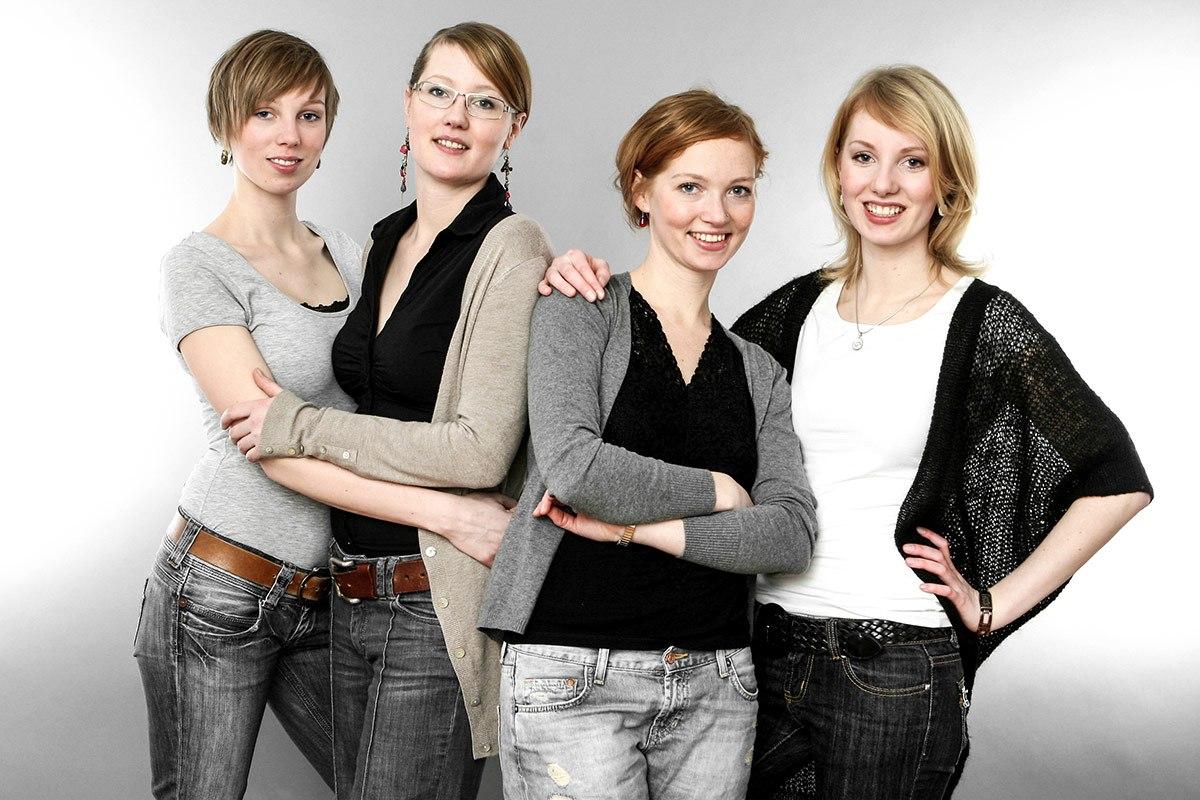 Vier Freundinnen stehen in 2er-Gruppen zusammen: lässig, locker, unverkrampft.