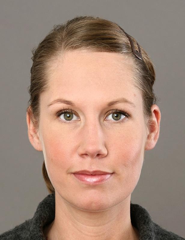 biometrische Passbilder Hannover List: Eine junge Frau sitzt frontal zur Kamera, ihr Kinn zeigt genau nach vorn. Ihr Gesicht ist gleichmäßig ausgeleuchtet, der Hintergrund  ebenso.  | Passbilder Hannover, Passbilder Hannover List, Passfotos Hannover |